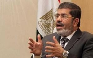 Un bloguero egipcio denuncia a Mursi por tocarse los genitales en público