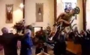 ¿Cuál es el mayor desastre para un feligrés?… que se caiga una figura en el medio de la iglesia (INCREIBLE)