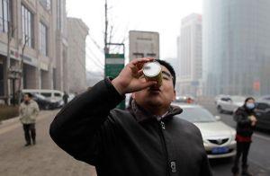 """En China comenzaron a vender """"latas con aire"""" debido a la gran contaminación (sospechoso)"""