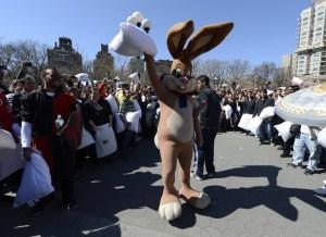 París en guerra… ¡de almohadas! (Fotos y Video)