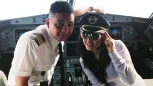 Multado piloto por posar con actriz en la cabina del avión durante el vuelo (Foto)