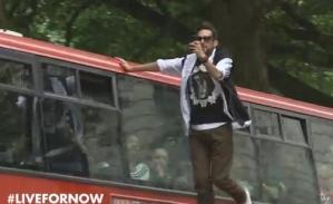 Levitó en plena calle y dejó a todos con la boca abierta (Video)