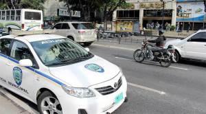 """Detienen infraganti al famoso """"roba chocolates"""" de Caracas mientras asaltaba una farmacia"""