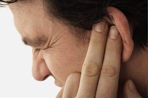 Por qué no deberías sacudir la cabeza cuando entra agua en el oído