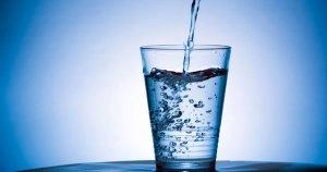 ¿Es necesario que una persona sana tome ocho vasos de agua por día?