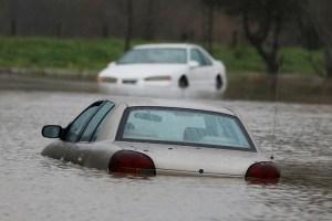 Graves inundaciones en California dejaron sin electricidad a 380 mil hogares