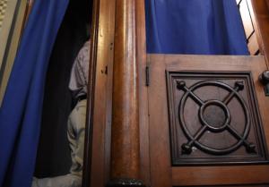 Devuelven monedas antiguas tras confesión en la iglesia