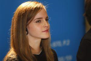 """Morbopaparazzis pillaron a Emma Watson en una playa italiana y con un traje de """"come arroz"""" (FOTOS)"""
