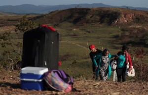 De 50 a 100 reais por persona cobran para cruzar por trochas a Brasil
