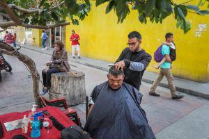 ¡No tienen otra opción! Barberos se adaptan a la realidad del país