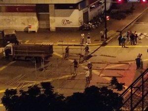 Restringen paso vehicular en Chacao por tarima roja rojita #20Feb (Fotos)