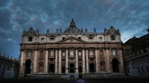 Las reglas secretas que el Vaticano aplica a los curas que tienen hijos