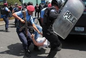 ¿Humillación? Así ponen a tragar GAS del bueno a los esbirros de Daniel Ortega en Nicaragua (VIDEO)