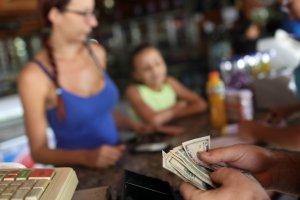 Economista Henkel García asegura que el dólar ha perdido poder de compra