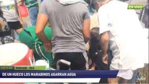 Marabinos desesperados recogen agua de un hueco en plena vía pública (Videos)