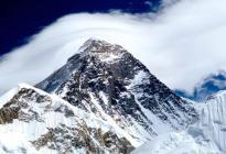 Escaladores descubren cuerpos de montañistas tras derretimiento del glaciar en el Everest