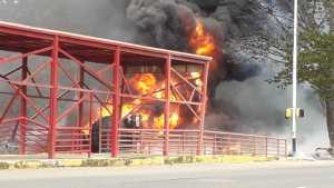 Gandola de gasolina se volcó e incendió frente al parque Cachamay (VIDEO)