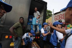 Venezolanos cantan victoria por la ayuda humanitaria que se empieza a repartir en Venezuela