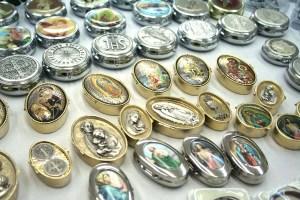 Caen ventas de artículos religiosos pero comerciantes aceptan pagos en dólares