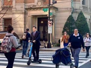 Embajador Vecchio como todo un chamito en EEUU: Se traslada al trabajo en monopatín (LA FOTO)