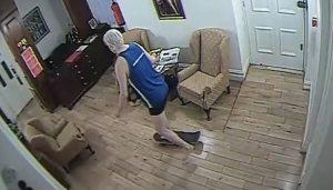 Assange paseaba dentro de la embajada de Ecuador en patineta y calzones (FOTOS)
