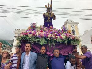 """Guaidó carga la """"cruz"""" de los venezolanos durante procesión en La Guaira (Fotos y video)"""