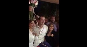 ¡Viral! Novia interrumpió la caravana de su boda para tomarse una foto con Guaidó (+Video)