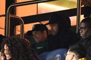 Neymar quiere continuar en el PSG, asegura su padre y agente