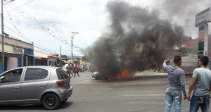 Qué suerte… En Barquisimeto se incendió un carro luego de surtir gasolina (video)