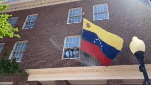 En VIDEO: El momento cuando se izó la bandera de Venezuela en la embajada de Washington