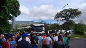 Tachirenses desesperados retienen gandola de gasolina (Fotos+Video) #24May