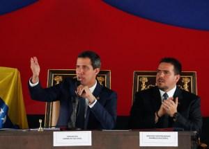 El detalle en la silla al lado de Guaidó en la sesión de calle #23Jul (FOTOS)