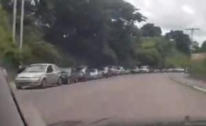 Gigantesca cola de vehículos para surtir gasolina en Cojedes #23Jul (video)