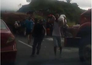 ¡En una cola!… Así fue saqueado un camión de harina en la bajada de Tazón (VIDEO) #23Jul