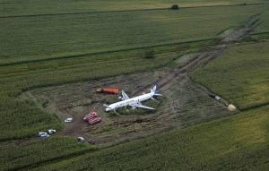 Funcionarios rusos aún decodifican las cajas negras del avión siniestrado en campo de maíz