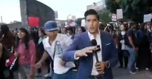 Así agredieron a un periodista mientras cubría una marcha feminista en México (VIDEO)
