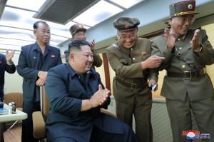 """Kim Jong-Un supervisó pruebas con """"lanzamisiles múltiple súper grande"""""""