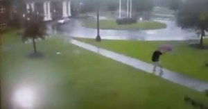 ¡Por un centímetro! Momento en el que milagrosamente hombre se salva de un rayo (VIDEO)