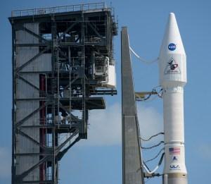 NASA lanza cohete Atlas V con satélite para centro espacial militar de EEUU