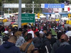 En IMÁGENES Miles de venezolanos angustiados esperan ingresar a Ecuador antes de entrar en vigencia la nueva visa