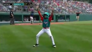 """¡Disfrútalo!… """"Chicken little"""", el niño venezolano que con su show pone el sabor en la Serie Mundial de Pequeñas Ligas (VIDEO)"""