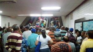 Usuarios de la estación del Metro de Pérez Bonalde no pegan una ni los fines de semana (Foto)