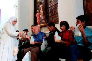 ¡Se requieren más donativos! Al menos 600 personas reciben comida en la iglesia Santa Capilla
