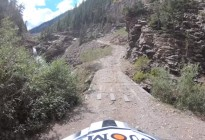 En video: Motociclista cae desde un precipicio de 20 metros a un río y sobrevive