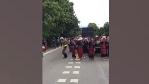 Video viral: Joven policía baila mientras dirige el tráfico en Tailandia