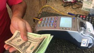 """Venezolanos medio disfrazan la """"sensación de escasez"""" pagando con las divisas"""