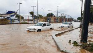 Camioneta cayó en un hueco sin señalizar que hizo Hidrocapital en Vargas (Fotos)