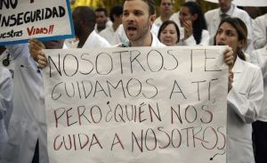 El sueldo de los médicos venezolanos no alcanza ni para pagar el transporte diario (Video)