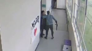 El momento en que un maestro desarmó con un abrazo a estudiante antes de cometer una masacre (Video)