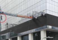 Limpia vidrios de rascacielos sufrió un espantoso accidente (video)
